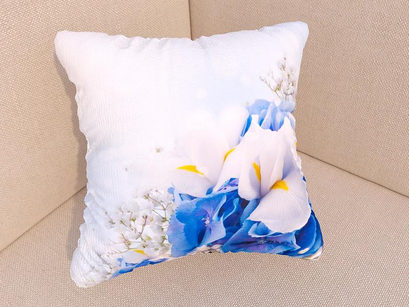 Фотоподушки бабочки на синих цветах