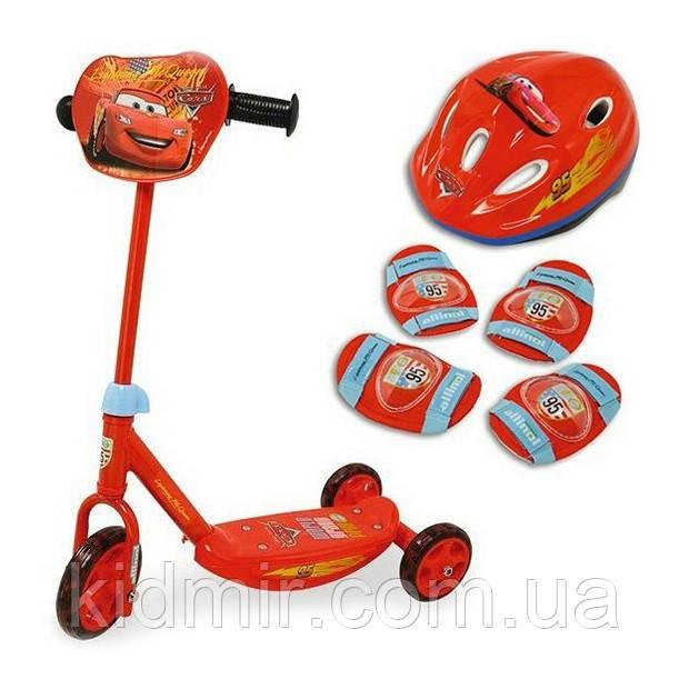 Самокат трехколесный Тачки со шлемом и наколенниками Cars Smoby 450185