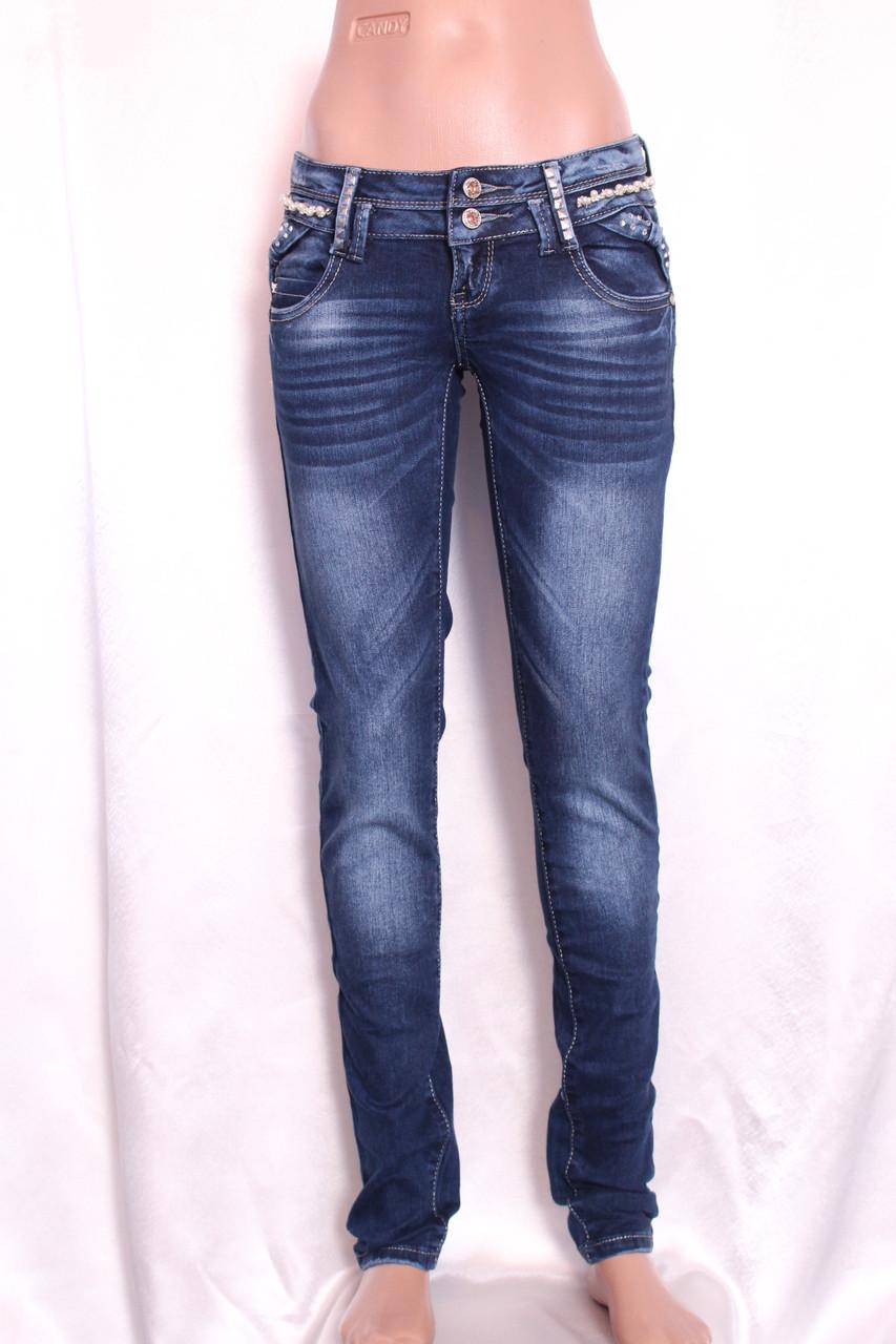 Молодежные джинсы женские
