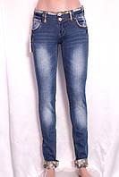 Женские джинсы с отделкой  карманов и манжетов тканью  в стиле этно