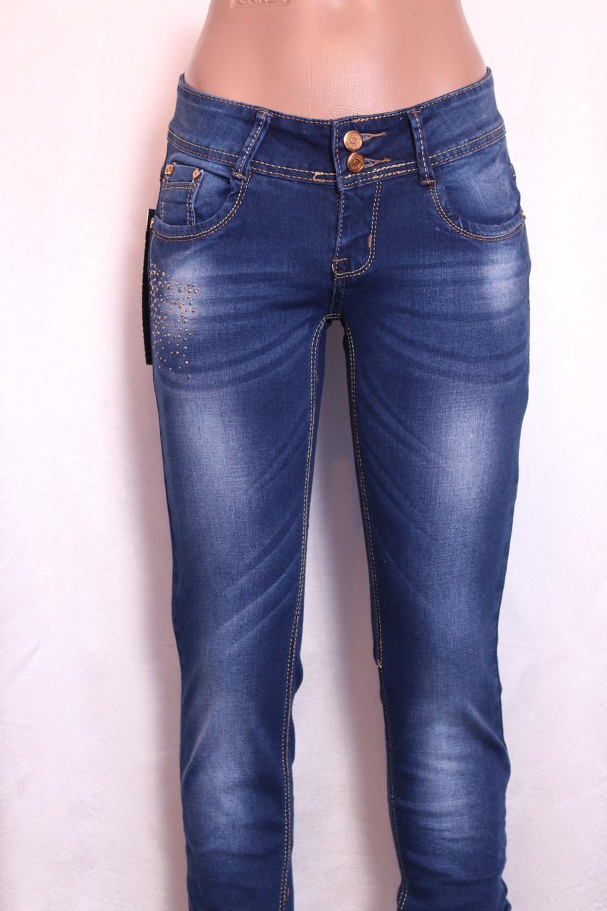 Женские  зауженные джинсы  с потертостями и стразами