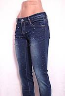 Женские  зауженные джинсы  с потертостями