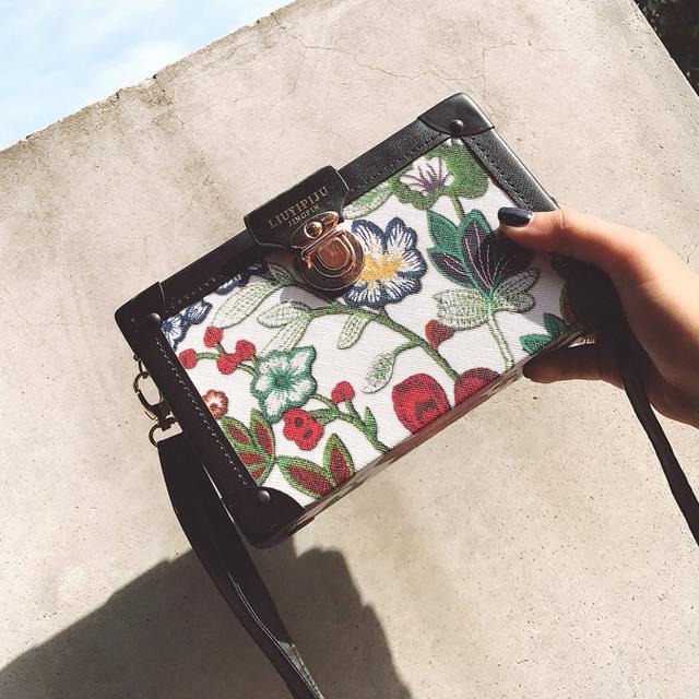 Каркасная сумочка через плечо Цветы