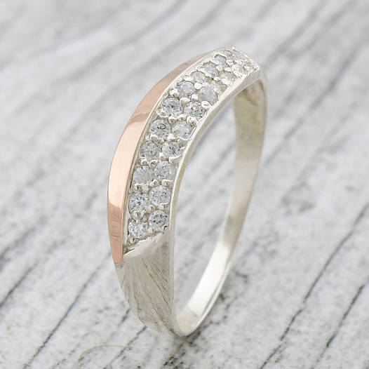 """Серебряное кольцо с золотыми пластинами """"Илона"""", вставка белые фианиты, вес 1.89 г, размер 16"""