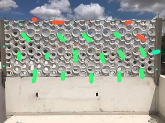 Блоки были укреплены между собой и у стены в некоторых местах металлическими перемычками.