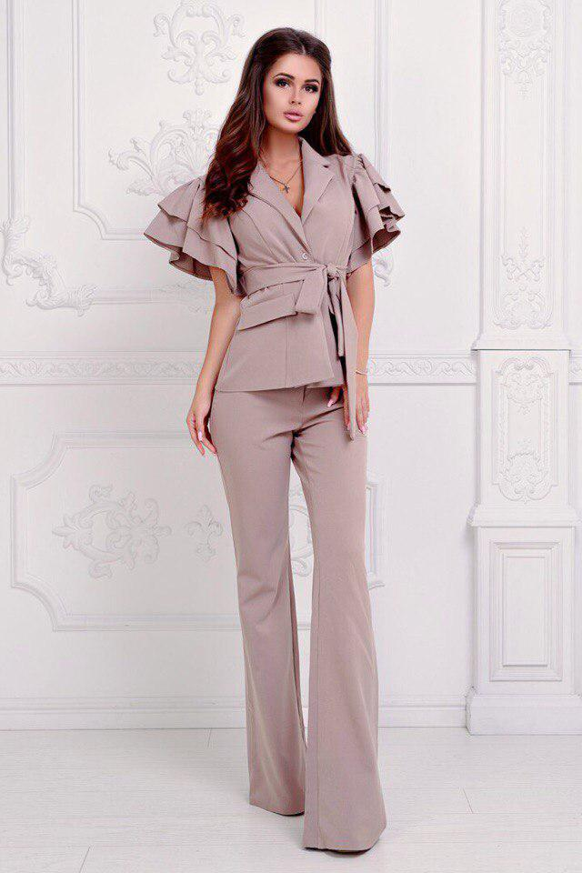 Витончений брючний костюм літній: піджак з воланами на плечах і брюки кльош