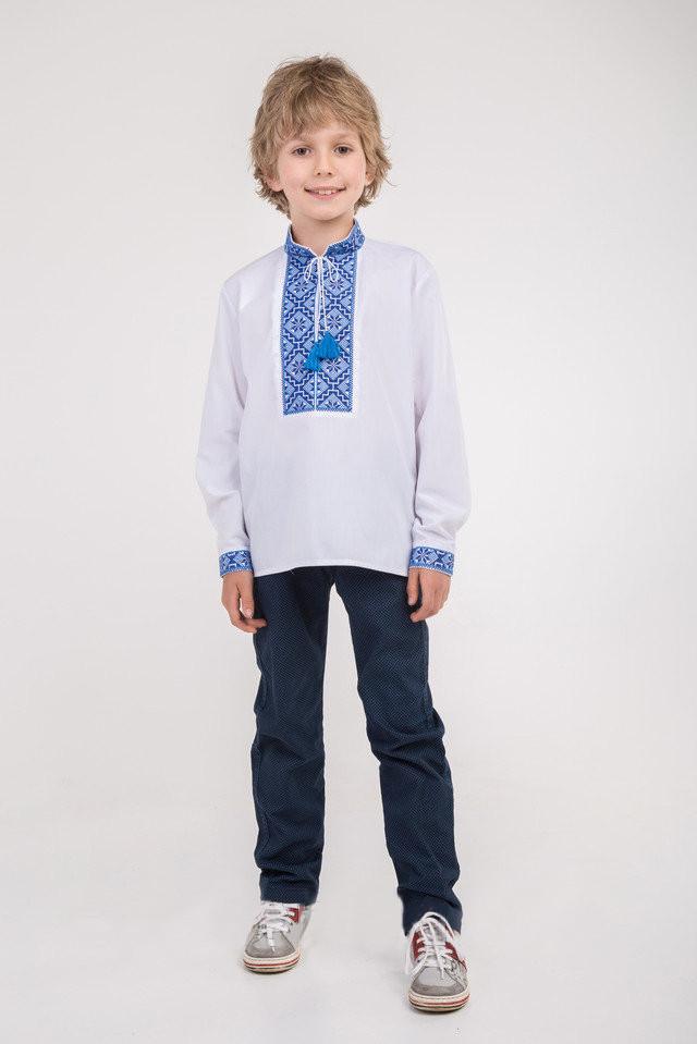 Традиционная вышиванка для мальчика с синим узором