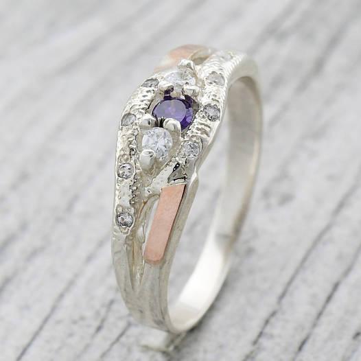 """Серебряное кольцо с золотыми пластинами """"Камила"""", вставка фиолетовый и белые фианиты, вес 2.6 г, размер 16"""