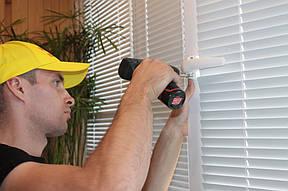 Регулировка пластикового окна. Эту услугу у нас заказывают чаще всего. Благодаря самой простой регулировке, которая займет не более получаса, можно устранить 80% поломок пластиковых окон.