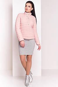 Легкая стеганая укороченая куртка укашена жемчугом в розовом оттенке