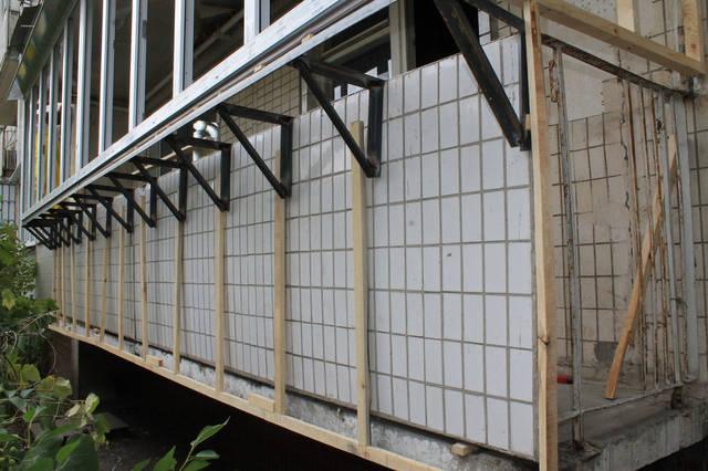Под вынос мы изготовили металлопластиковую конструкцию (рамы) необходимых размеров, и установили её.