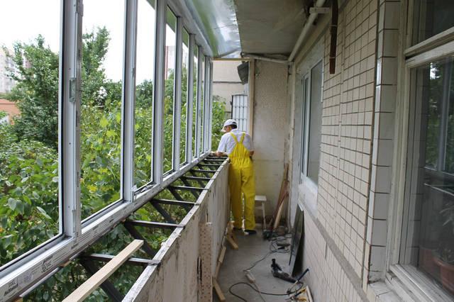 Сделали все необходимые подготовительные работы: демонтаж старой обшивки, зачистка поверхности, а перед этим и демонтаж старого остекления.
