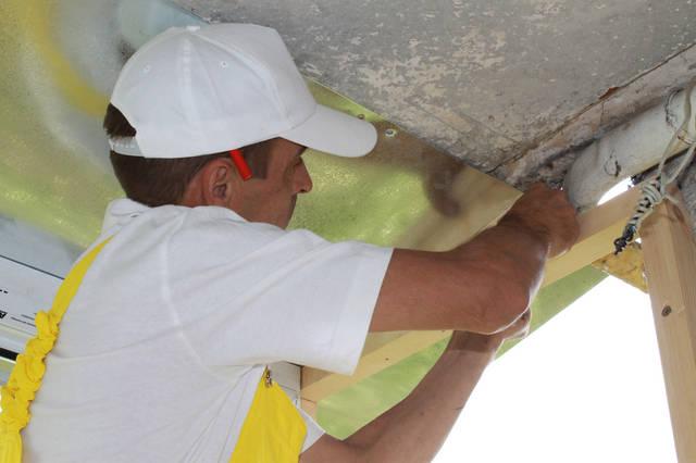 Так как площадь потолка увеличилась за счёт выноса, мы его подшили листом оцинкованной стали.