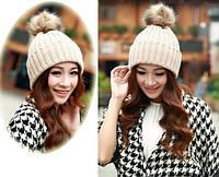 Вязаная женская шапка с пушистым балабоном на зиму