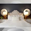 Круглые зеркала рядом с кроватью