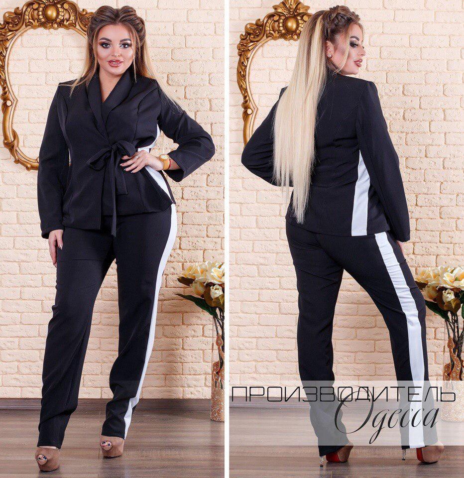 Стильный деловой классический брючный черный костюм с пиджаком на запах и белыми вставками по бокам, батал