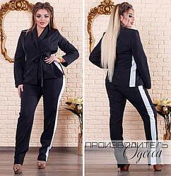 Стильний діловий класичний чорний брючний костюм з жакетом на запах і білими вставками по боках, батал
