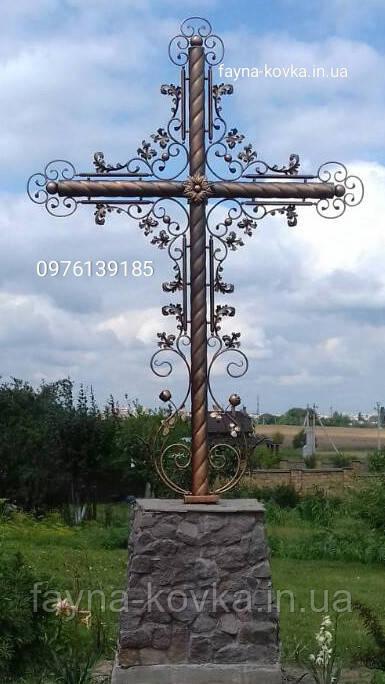 Кованый крест, распятие.