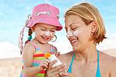 Теория и практика: что стоить знать о солнцезащитных средствах и как правильно подобрать защитное средство для малышей?