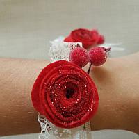 Браслет для подружки невесты роза из фетра красный с красными ягодами