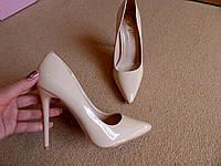 Женские классические туфли лодочки бежевые лаковые на шпильке