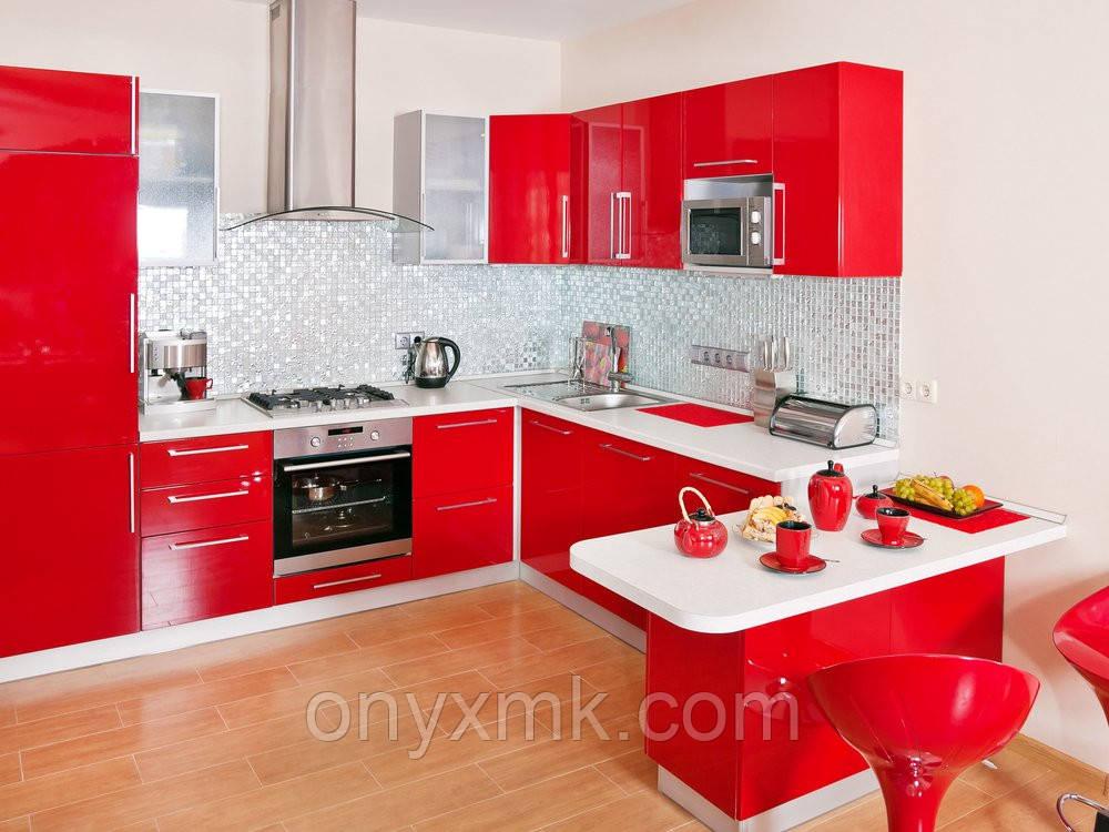 Кухня со встроенным холодильником и барной стойкой