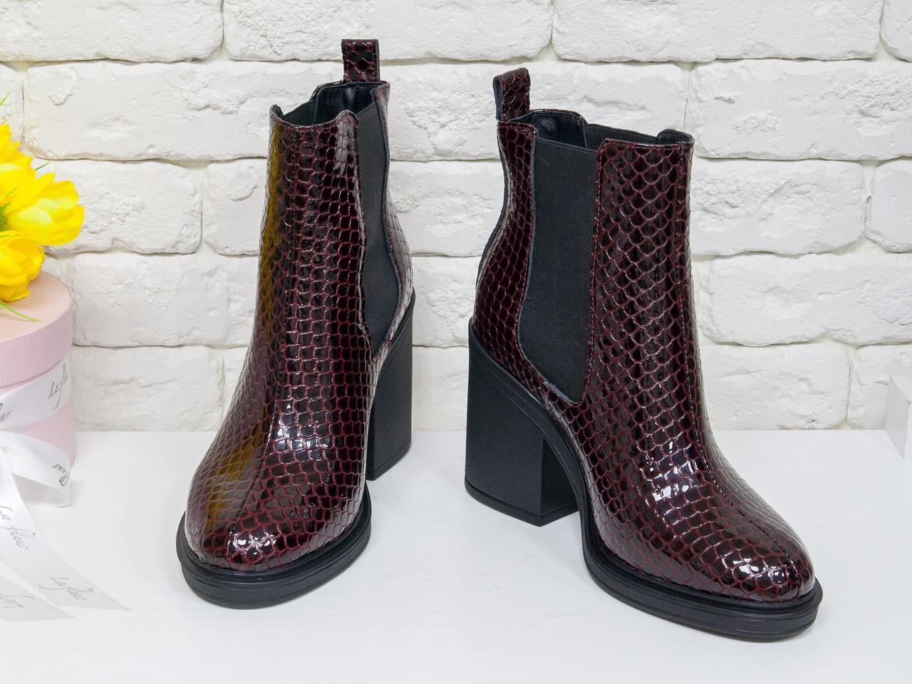 Ботинки стильные на каблуке из натуральной лаковой кожи питон красивого бордового цвета, свободного одевания