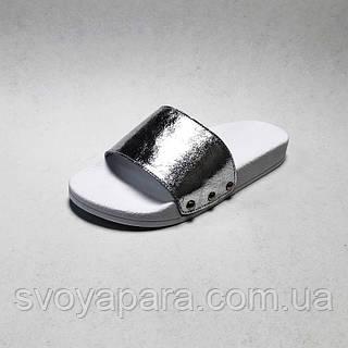 Тапочки женские шлёпанцы серебряного цвета из натуральной кожи на термополиэстеровой плоской подошве