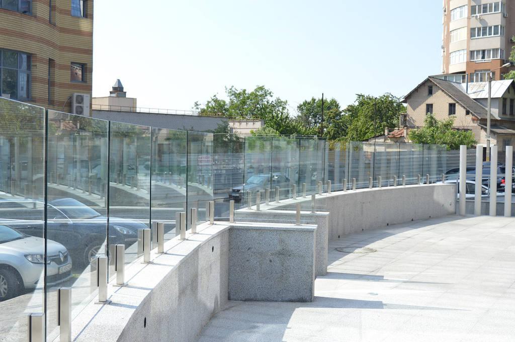 Стеклянное ограждение террасы ресторана в Днепре  на стойках из нержавейки и каленного стекла 10 мм