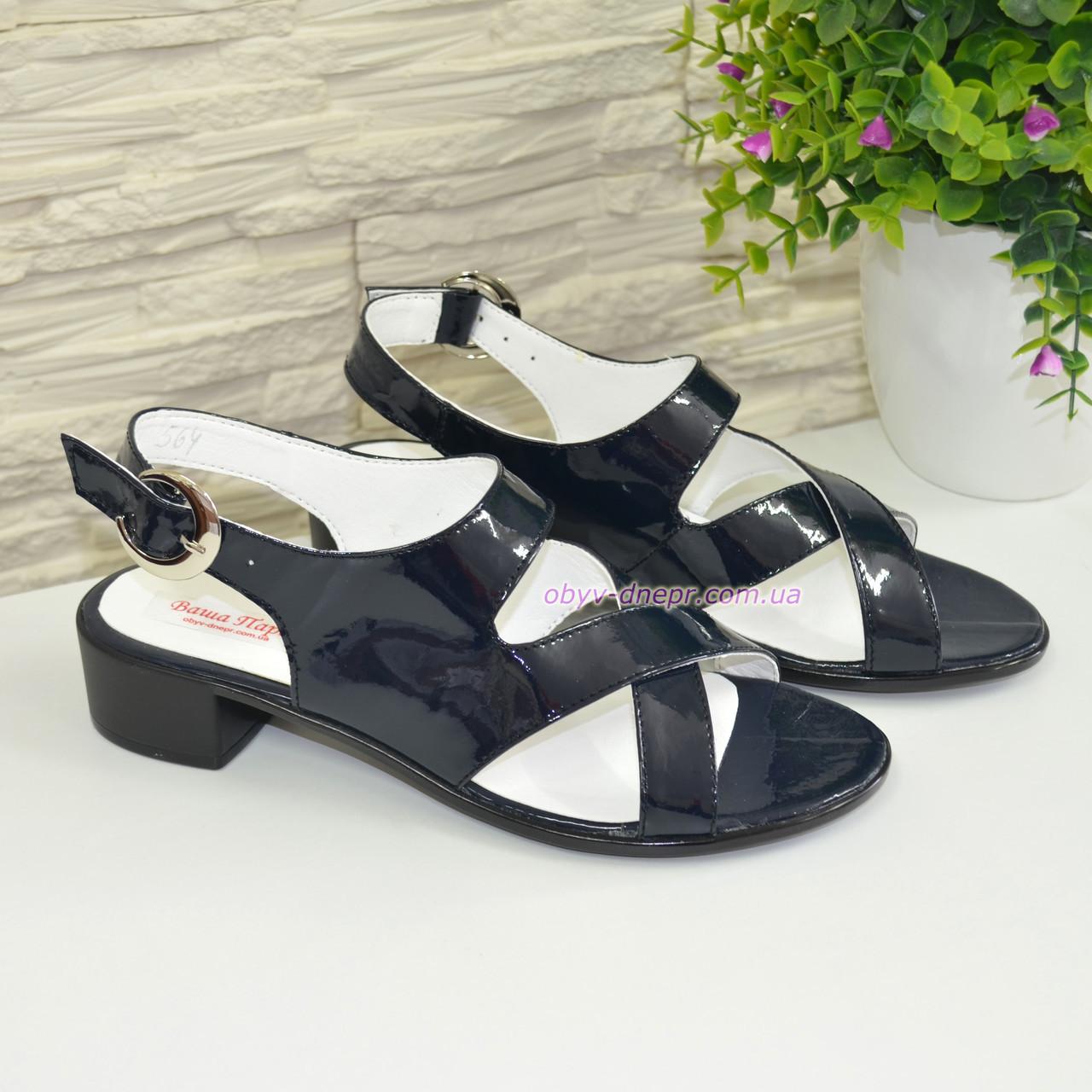 Женские лаковые босоножки на невысоком каблуке
