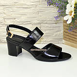 Босоножки женские лаковые черные на невысоком устойчивом каблуке, фото 2