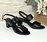 Босоножки женские лаковые черные на невысоком устойчивом каблуке, фото 3