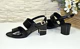 Босоножки женские лаковые черные на невысоком устойчивом каблуке, фото 4