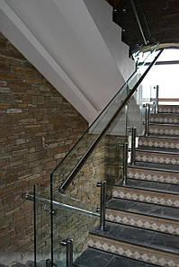Перила из стекла на лестницу в поселке Кировское на стойках из нержавейки и каленным стеклом толщиной 15 мм