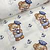 Ткань мишки в тельняшках и синие якоря на молочном фоне