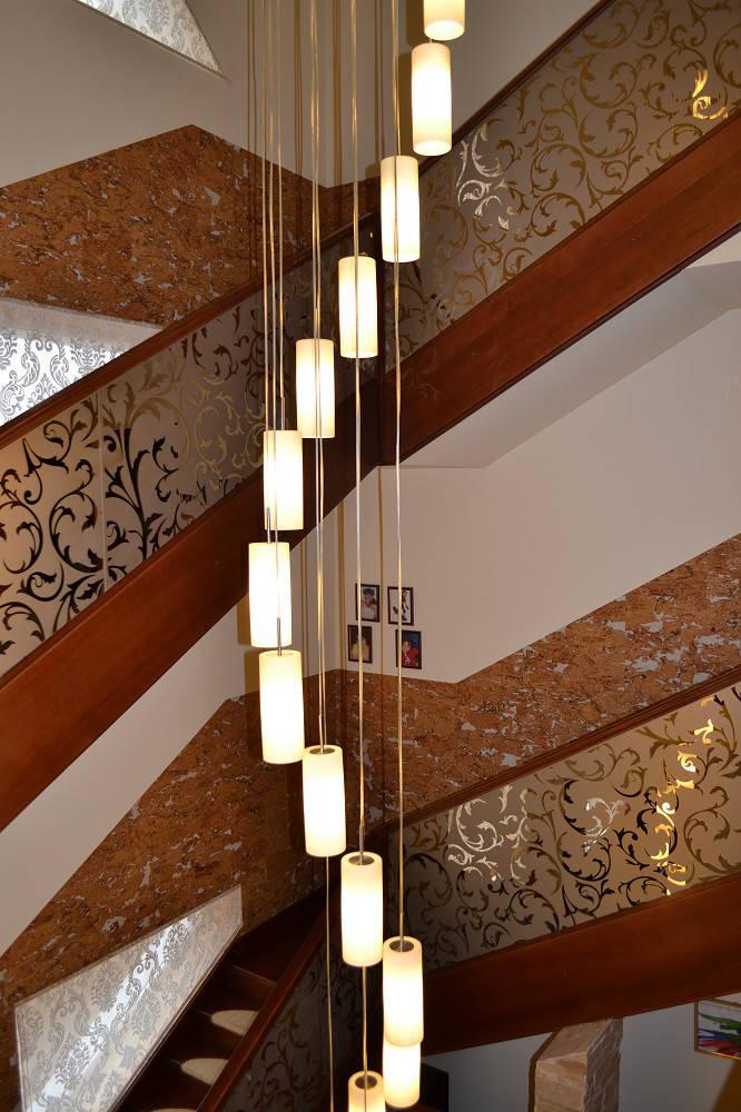 Перила лестницы с оклейкой зеркалами с художественных пескоструем
