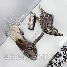 Женские серые босоножки из питона на толстом каблуке