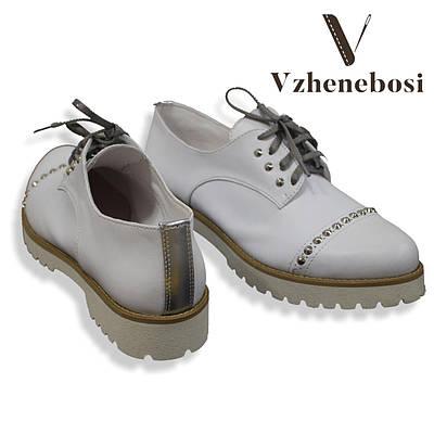 Стильные белые туфли-оксфорды
