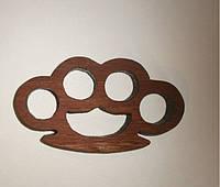 Сувенирный деревянный кастет. Сделан из дуба.