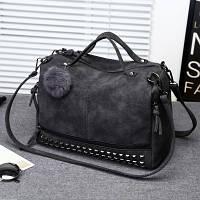 Женская вместительная сумка с заклепками и меховым брелком темно серая (графит), фото 1