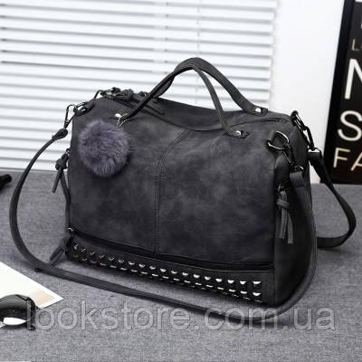 Женская вместительная сумка с заклепками и меховым брелком темно серая (графит)