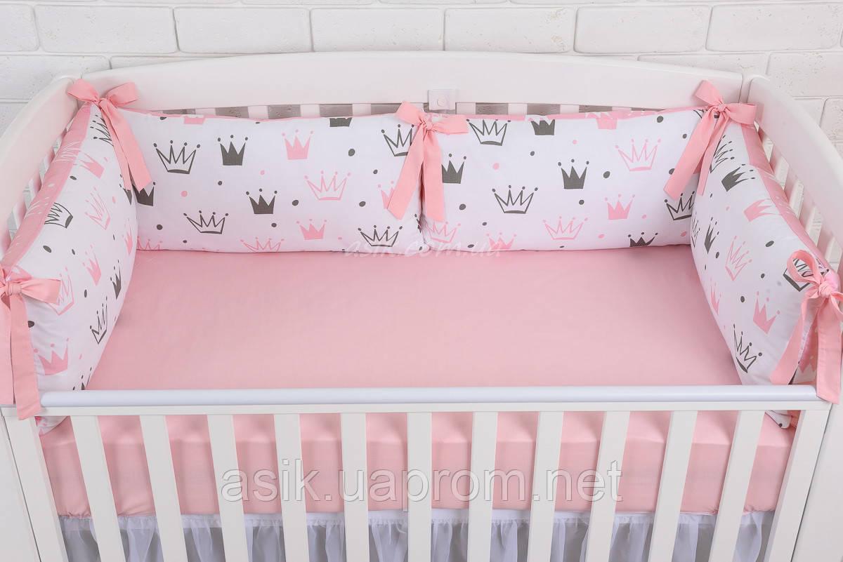 """Детская постель с 4 бортиками-подушками 33*60 см и простынкой """"Пудровые короны"""""""
