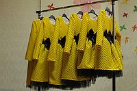 Нарядное платье на девочку желтое в черный горошек