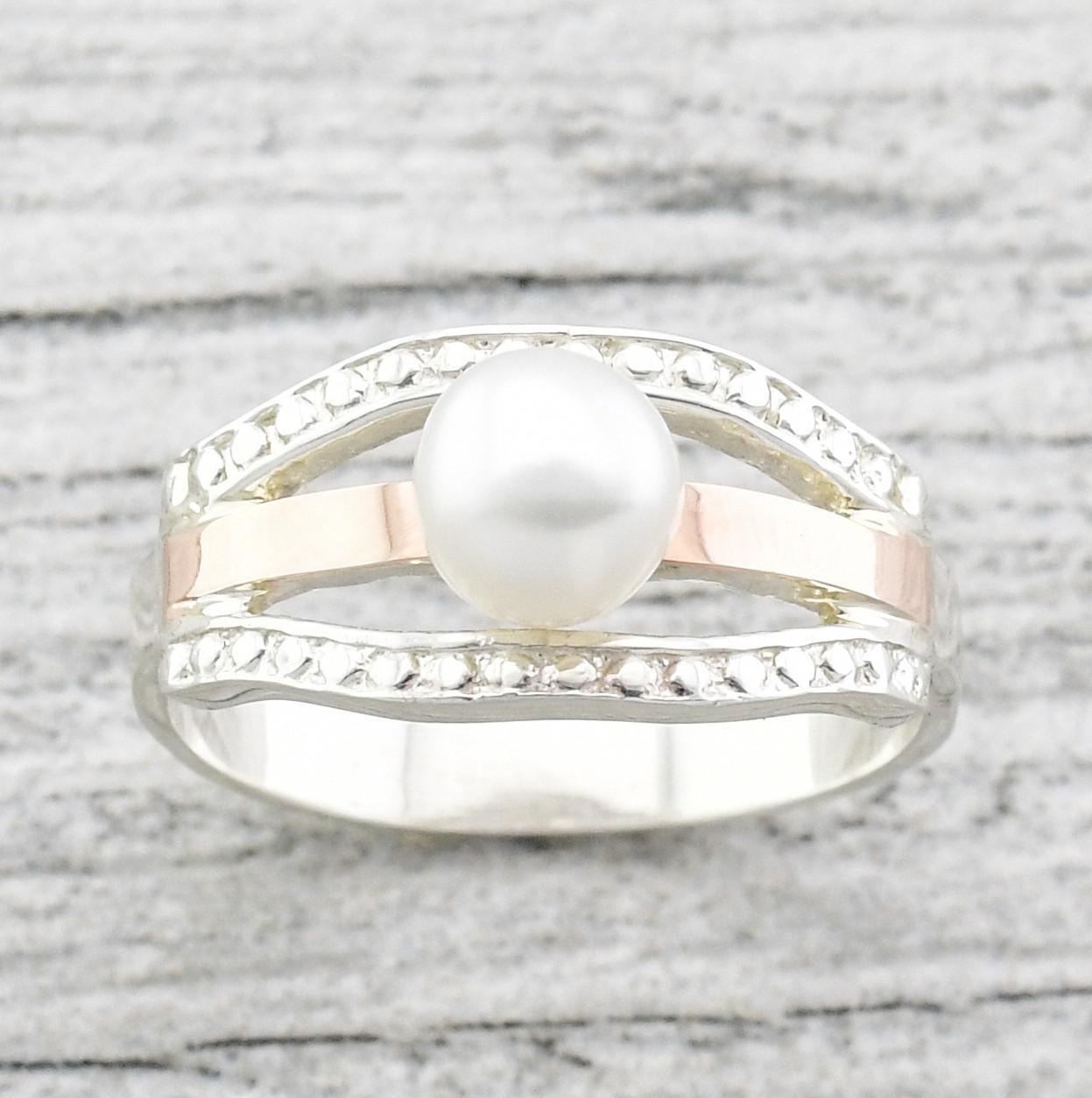 """Серебряное кольцо """"Аврора"""", вставка белые фианиты, искусственный жемчуг, вес 3.79 г, размер 17.5"""