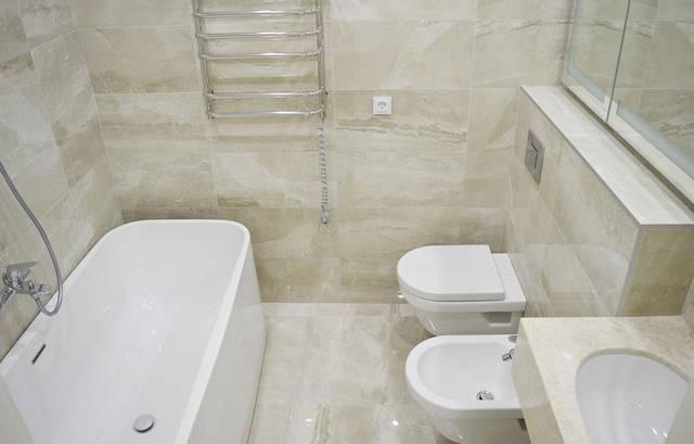 Ванная. Розетка со стеклянной рамкой белого цвета. Модель VL-C7C1EU-11