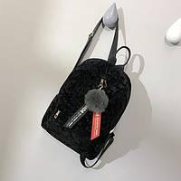 Женский бархатный рюкзак в геометрический узор с брелком черный, фото 1