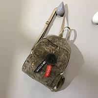 Женский бархатный рюкзак в геометрический узор с брелком бежевый, фото 1