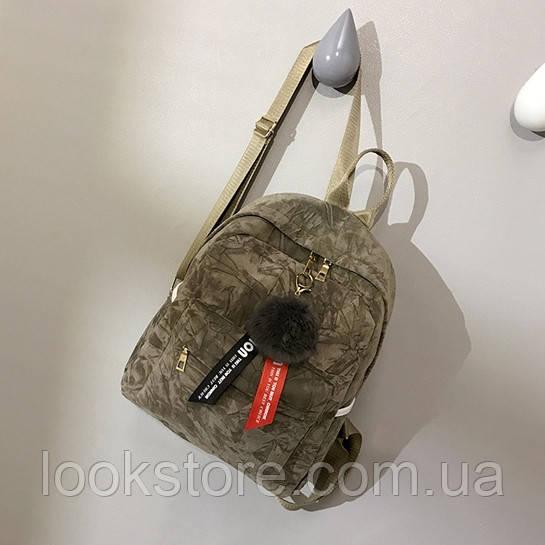 Женский бархатный рюкзак в геометрический узор с брелком бежевый