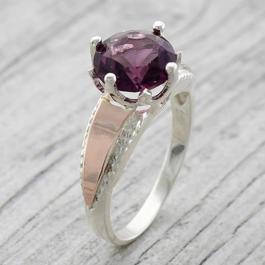 """Серебряное кольцо с золотыми пластинами """"Лада"""", вставка фиолетовый фианит, вес 4.46 г, размер 16"""