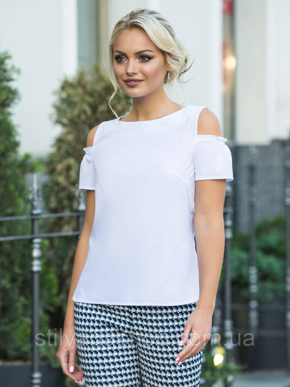 Біла блузка з вирізами на плечах і короткими рукавами